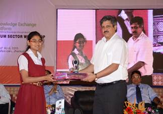 Mr. Somnath Bhattacharjee presenting the prize